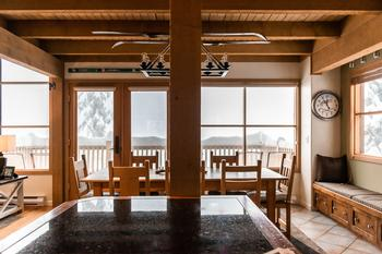 The light-filled dining area and kitchen offer a spectacular view over the valley.