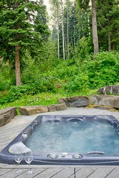 Secluded 8 Person sunken hot tub in backyard - perfect after a day skiing