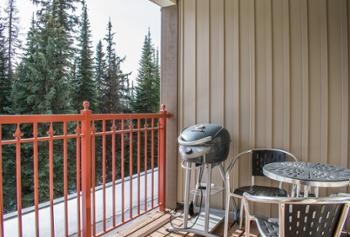 A comfortable little deck if you feel like taking in some crisp air and beautiful views and a bbq for those who dare to cook in the snow. Enjoy a quiet moment right in the woods :)