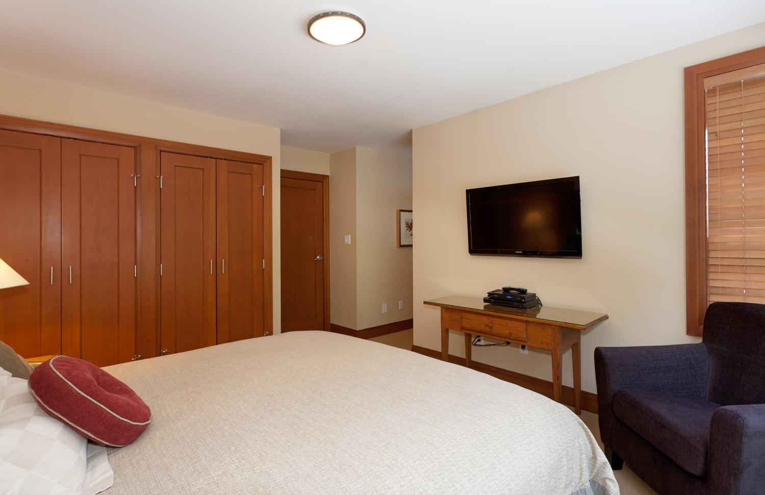 Master bedroom (1 of 4 bedrooms): king bed, large flat screen TV (with HD chanels and PVR capabilities), full ensuite bathroom (see pictures)