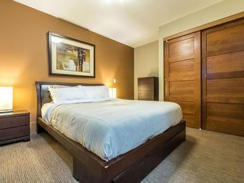 Top quality bedding and linens in the Queen Room. Private entrance into the main bathroom.