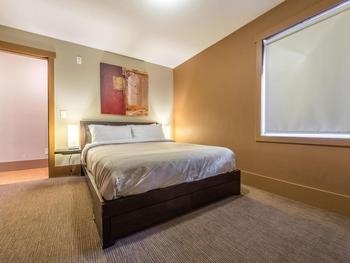 2nd bedroom has queen size bed with quality linens.
