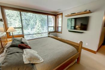 2nd bedroom comes with 2 single beds, or a queen size bed, your choice !!
