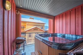 Private Hot Tub & BBQ on your deck