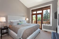 Master bedroom (king bed)with ensuite bathroom with a see -thru fireplace to the soaker tub! located on the top floor. Private balcony with great views.