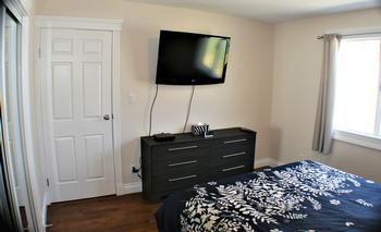 GUEST BEDROOM WITH 40 INCH TV