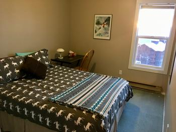 2nd Bedroom with Queen Bed& Desk/Chair