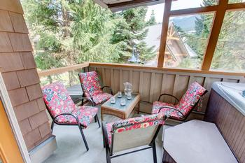 Patio seating for 4. Mountain views