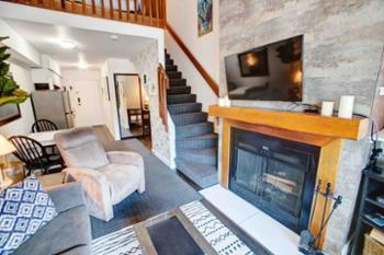Wonderful place to stay if you are in town to ski. 5 minute walk to creek side gondola, clean and cozy place, fireplace, and the owners are very responsive.--Olga (Washington, DC)