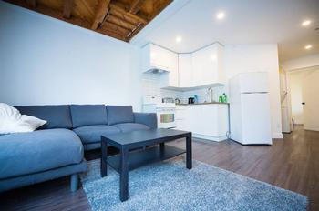 Nestaide's place is the perfect one bed apartment that can easily and comfortably accommodate 4people. Extremely well laid out, clean, & minimalistic. Well stocked kitchen and new appliances. Very impressed with everything, Kerry is is pro host--Aaron